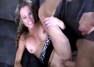 Toned blonde hottie gives a nice blowjob